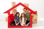 19505417-famille-avec-enfants-portrait-dans-leur-nouvelle-maison--avec-des-boites-en-carton-et-le-cadre-en-fo