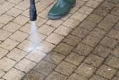 29305948-nettoyage-des-sols-en-plein-air-avec-jet-d-eau-haute-pression